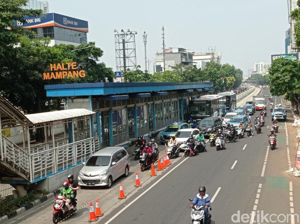 Ramai-ramai Pengendara Lintasi Busway demi Lolos Penyekatan di Mampang