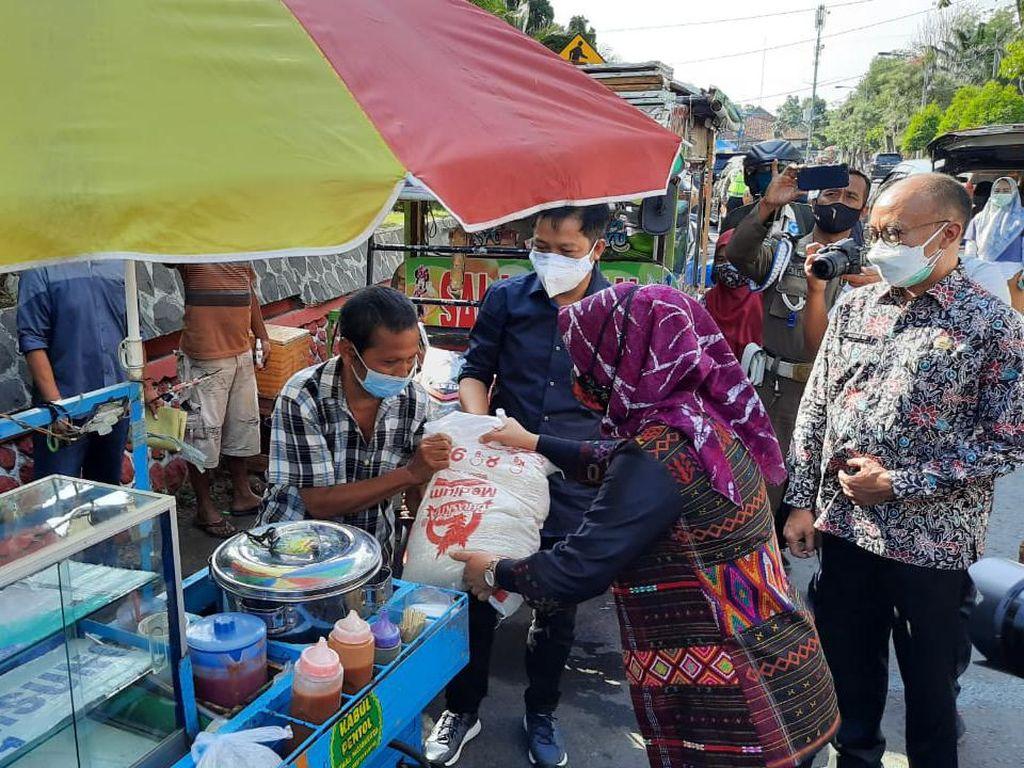 PKL Terdampak PPKM Darurat di Mojokerto Dapat Bantuan Paket Sembako