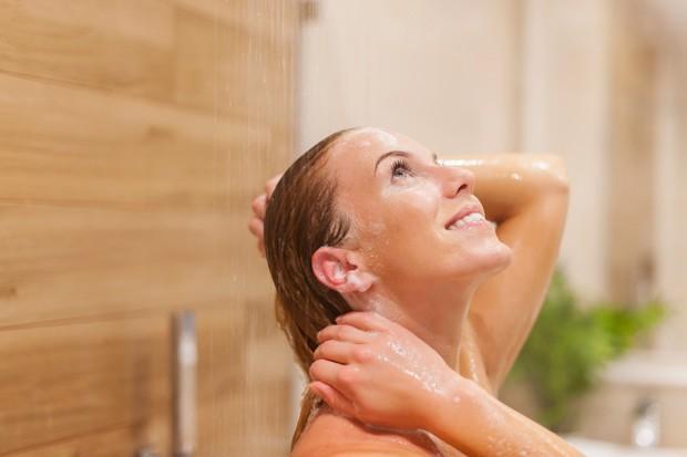 Ketika kamu mandi, coba lihat dan amati setiap hari seberapa banyak rambut kamu yang rontok di saluran pembuangan air