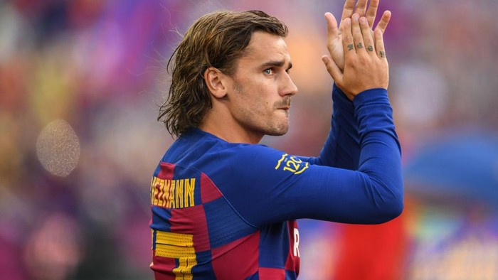BARCELONA, SPAIN - AUGUST 04: Antoine Griezmann of FC Barcelona waves to the crowd prior to the Joan Gamper trophy friendly match at Nou Camp between FC Barcelona and Arsenal on August 04, 2019 in Barcelona, Spain. (Photo by David Ramos/Getty Images)