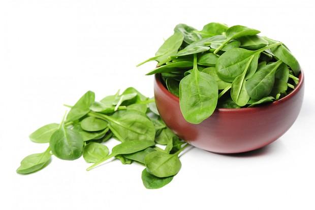 vitamin A dalam bayam bisa membantu kelenjar kulit memproduksi sebum yang bisa melembapkan kulit kepala agar tetap sehat