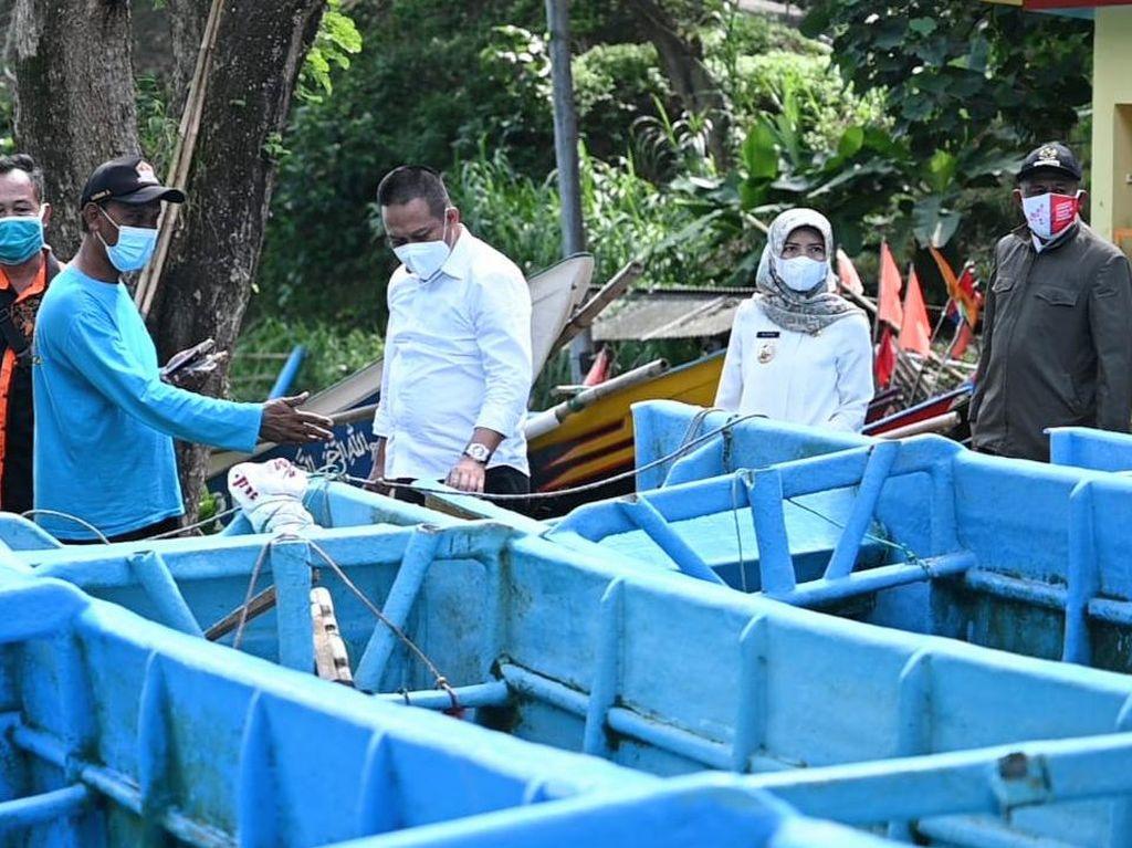 Bupati Kebumen Bantu Nelayan Perbaiki Kapal Rusak Diterjang Ombak