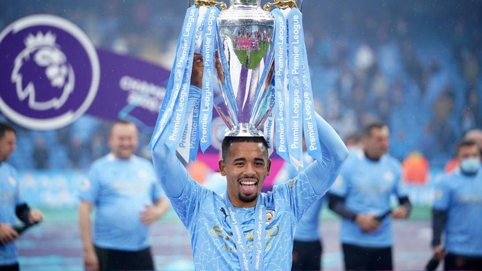 MANCHESTER, ENGLAND - MAY 23: Gabriel Jesus of Manchester City celebrates with the Premier League Trophy as Manchester City are presented with the Trophy as they win the league following the Premier League match between Manchester City and Everton at Etihad Stadium on May 23, 2021 in Manchester, England. A limited number of fans will be allowed into Premier League stadiums as Coronavirus restrictions begin to ease in the UK. (Photo by Dave Thompson - Pool/Getty Images)