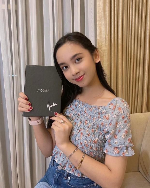 Lyodra dengan albumnya yang sudah ditandatangani/instagram.com/universalmusicindonesia