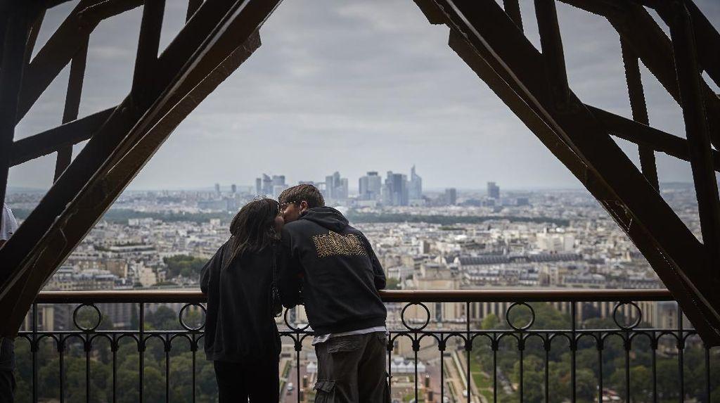 Melihat Cakrawala Kota Paris dari Menara Eiffel