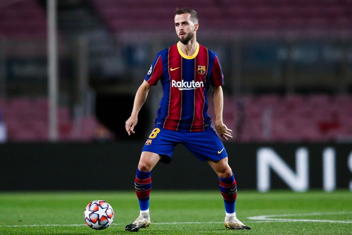 BARCELONA, SPAIN - NOVEMBER 04: Miralem Pjanic of FC Barcelona controls the ball during the UEFA Champions League Group G stage match between FC Barcelona and Dynamo Kyiv at Camp Nou on November 04, 2020 in Barcelona, Spain. (Photo by Eric Alonso/Getty Images)