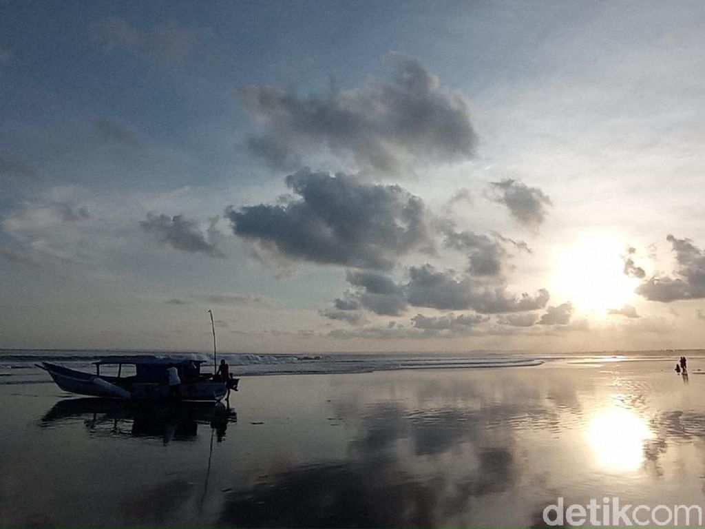 Biasa Dipadati Wisatawan, Pantai Pangandaran Kini Sepi