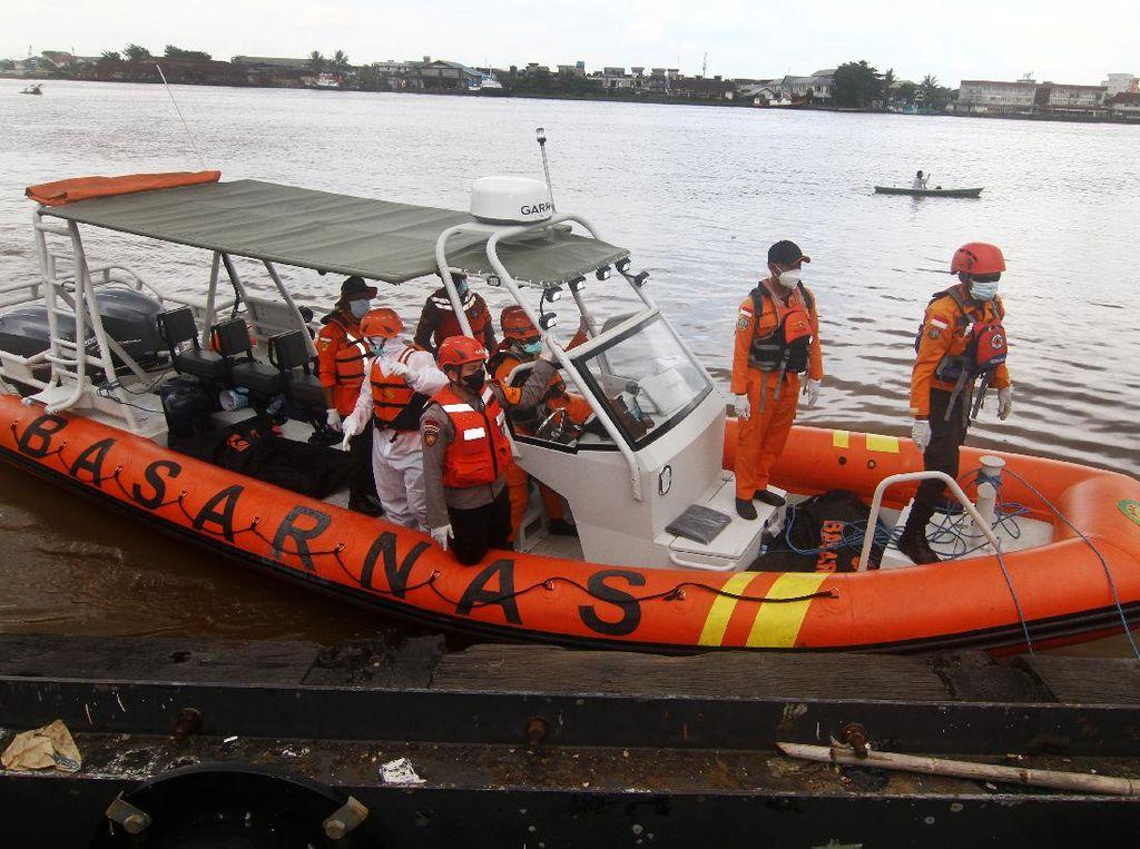 Potret Evakuasi Korban Kapal Tenggelam di Perairan Kalbar