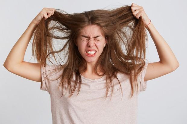 Rambut yang rontok bisa disebabkan oleh beberapa faktor seperti stres, kondisi kesehatan, pewarnaan rambut, bleaching, sering keramas, dan lain-lain.