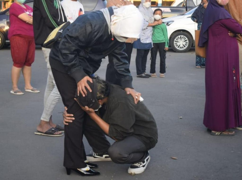 Rasa Haru Warnai Pertemuan Ortu-Remaja Ikut Demo Tolak PPKM Darurat di Pasuruan