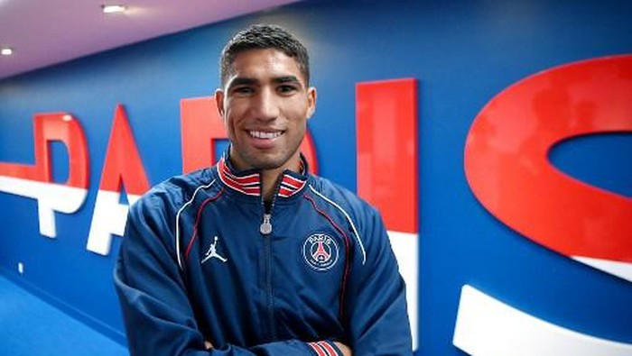 Paris Saint-Germains new player, Moroccan defender Achraf Hakimi poses after the press conference at the Parc des Princes stadium in Paris on July 8, 2021. (Photo by FRANCK FIFE / AFP)