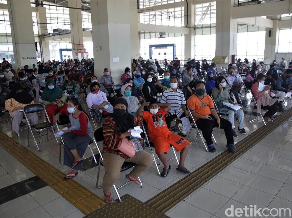 Ada Vaksinasi Massal, Terminal Pulo Gebang Ramai Didatangi Warga