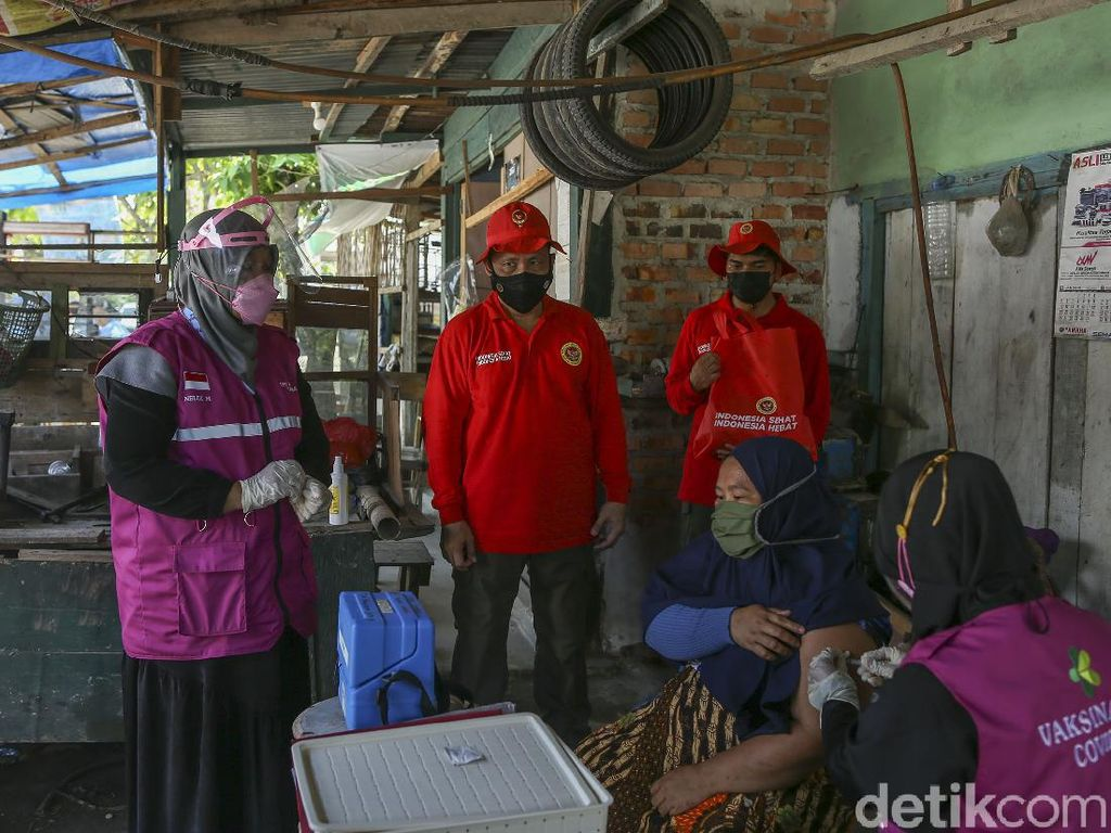 Gencar Vaksinasi COVID-19, BINDA Riau Suntik Vaksin Door to Door