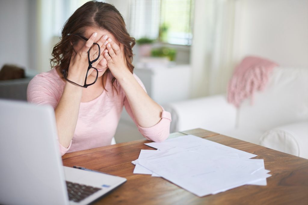 Ilustrasi perempuan sedang stres