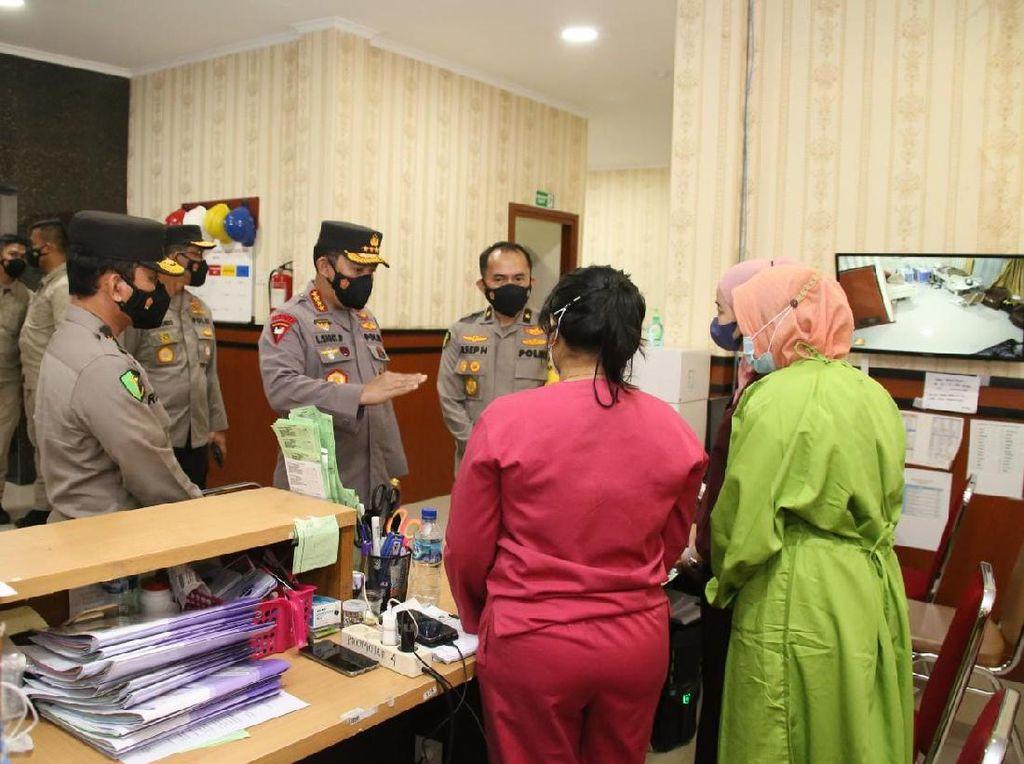 Kapolri Cek Pelayanan di RS Polri dan Beri Bansos ke Nakes