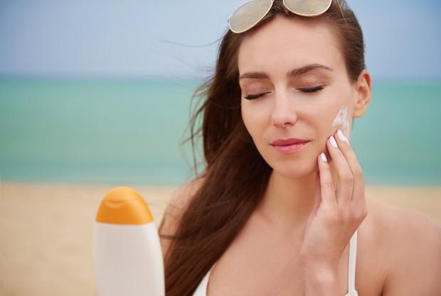 Menggunakan Sunscreen | Foto : freepik.com/gpointstudio