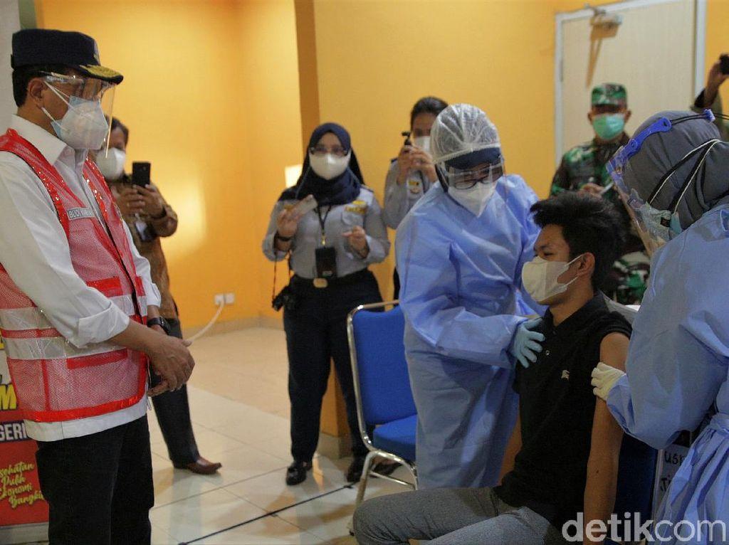 Menhub Budi Karya Kunjungi Sentra Vaksin di Terminal Pulo Gebang