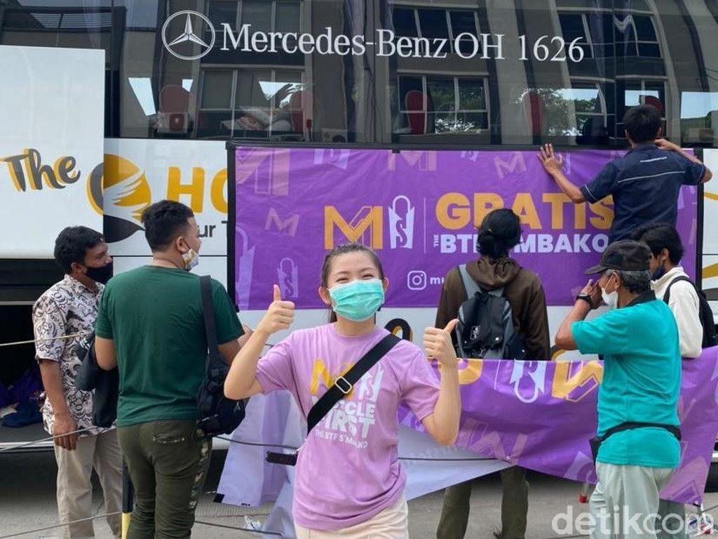 Viral Crary Rich Tangerang Bagi-bagi Sembako Satu Bus Tema BTS