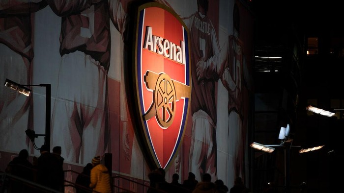 LONDON, ENGLAND - DECEMBER 05: The logo of Arsenal FC is seen prior to the Premier League match between Arsenal FC and Brighton & Hove Albion at Emirates Stadium on December 05, 2019 in London, United Kingdom. (Photo by Mike Hewitt/Getty Images)