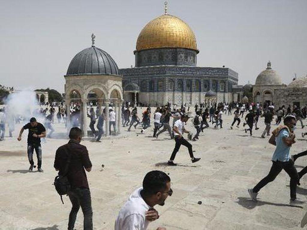 Israel Usir Warga Palestina yang Tengah Salat Zuhur di Al-Aqsa