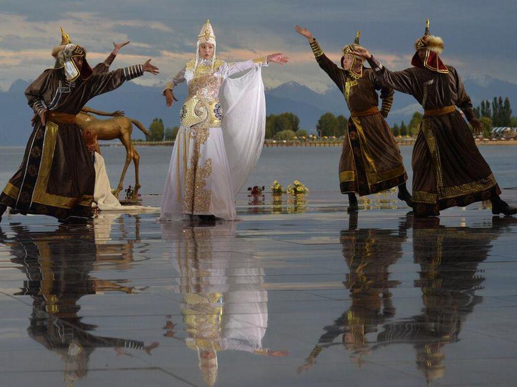Danau Issyk Kul Kirgistan Jadi Karpet Merah Peragaan Busana