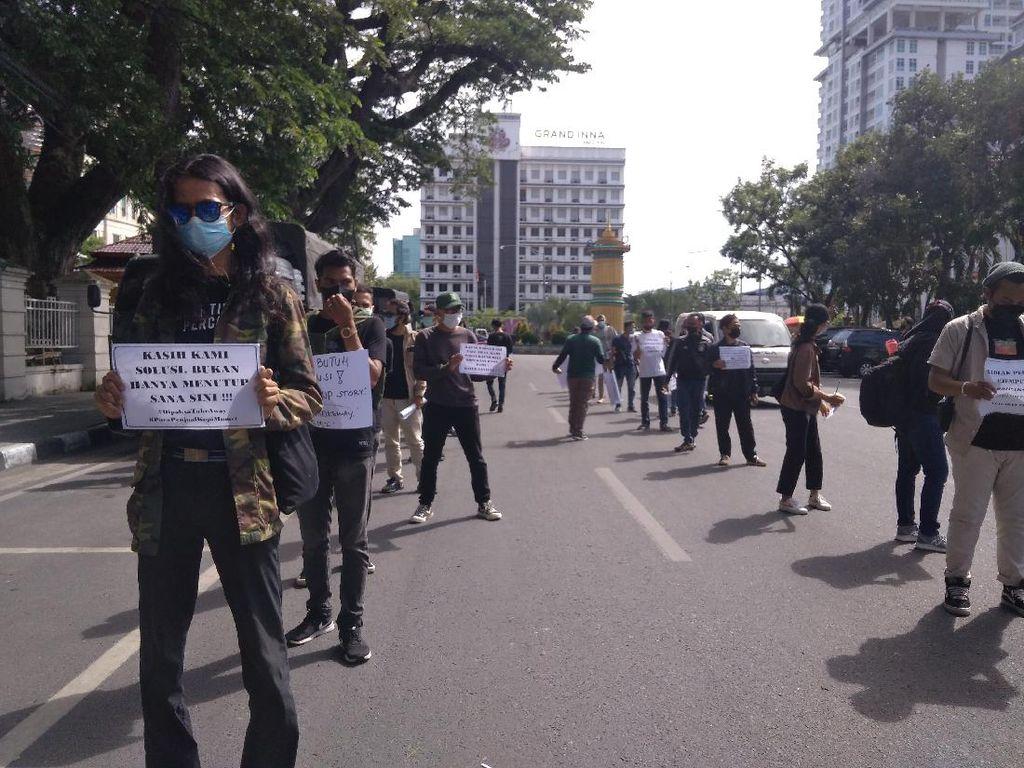 Pembeli Anjlok Saat PPKM, Pemilik Warkop Demo Sambil Jualan di Medan