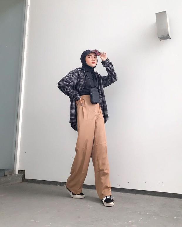 Mix and match busana hijab pakai atasan kotak-kotak.