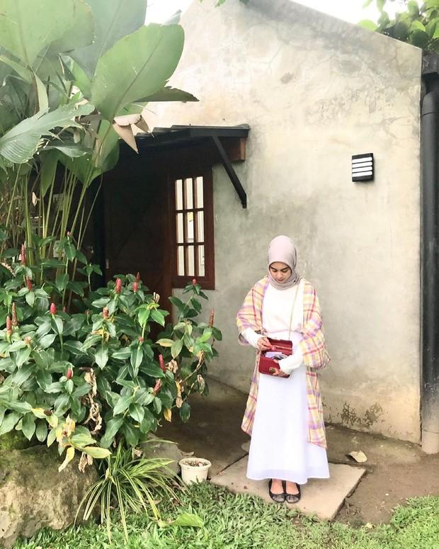 Padu padan hijab dengan memakai atasan kotak-kotak dan rok.