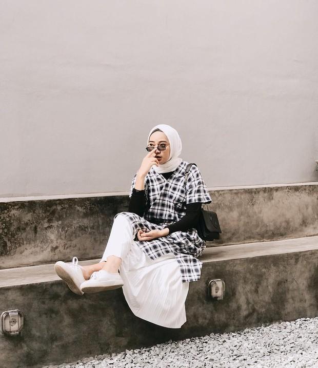 Mix and match busana hijab stylish dengan memakai atasan kotak-kotak.