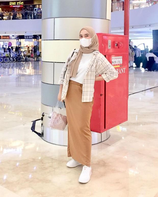 Padu padan outfit hijab sendan atasan kotak-kotak.