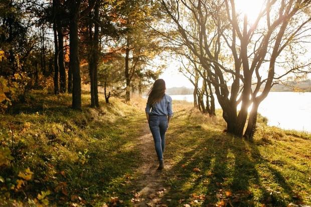 Selain mencuci piring, kamu juga bisa berjalan santai untuk meredakan kekenyangan. Jalan santai dapat membantu merangsang pencernaan dan mengendalikan gula darah.