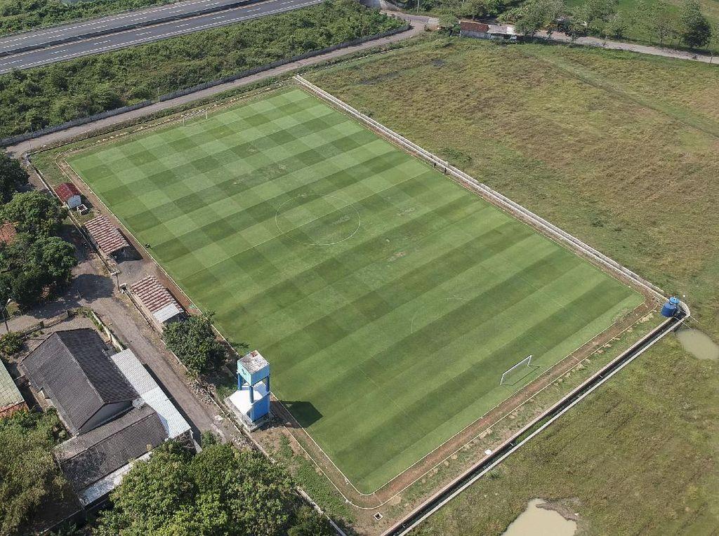 Desa Ini Punya Lapangan Sepakbola yang... Wow!