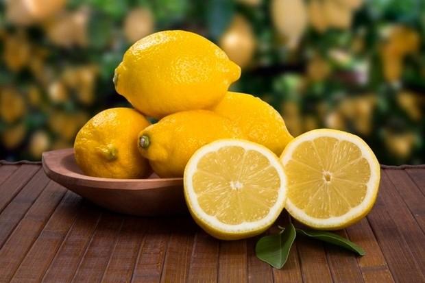 Lemon membantu menyerap minyak berlebih sehingga baik untuk kulit berminyak/ Foto: Freepik.com