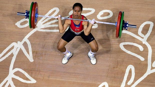 Indonesian weightlifter Raema Lisa Rumbewas competes in the women's under 53kg class at the Olympic Games in Athens 15 August 2004. Rumbewas won silver, while reigning world champion Udomporn Polsak of Thailand took home the gold and Mabel Mosquera of Colombia took the bronze. AFP PHOTO/Joel SAGET (Photo by JOEL SAGET / AFP)