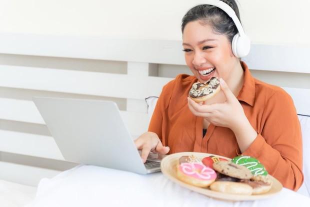 Ketika makan terlalu banyak, akan ada sedikit rasa penyesalan karena tidak bisa menahan nafsu makan.