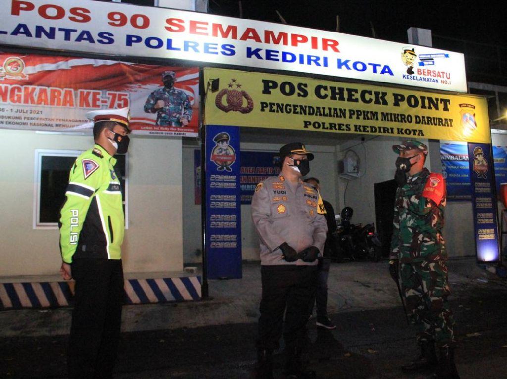 Polisi Patroli dan Sekat Jalan di Malam Takbiran Idul Adha Kota Kediri