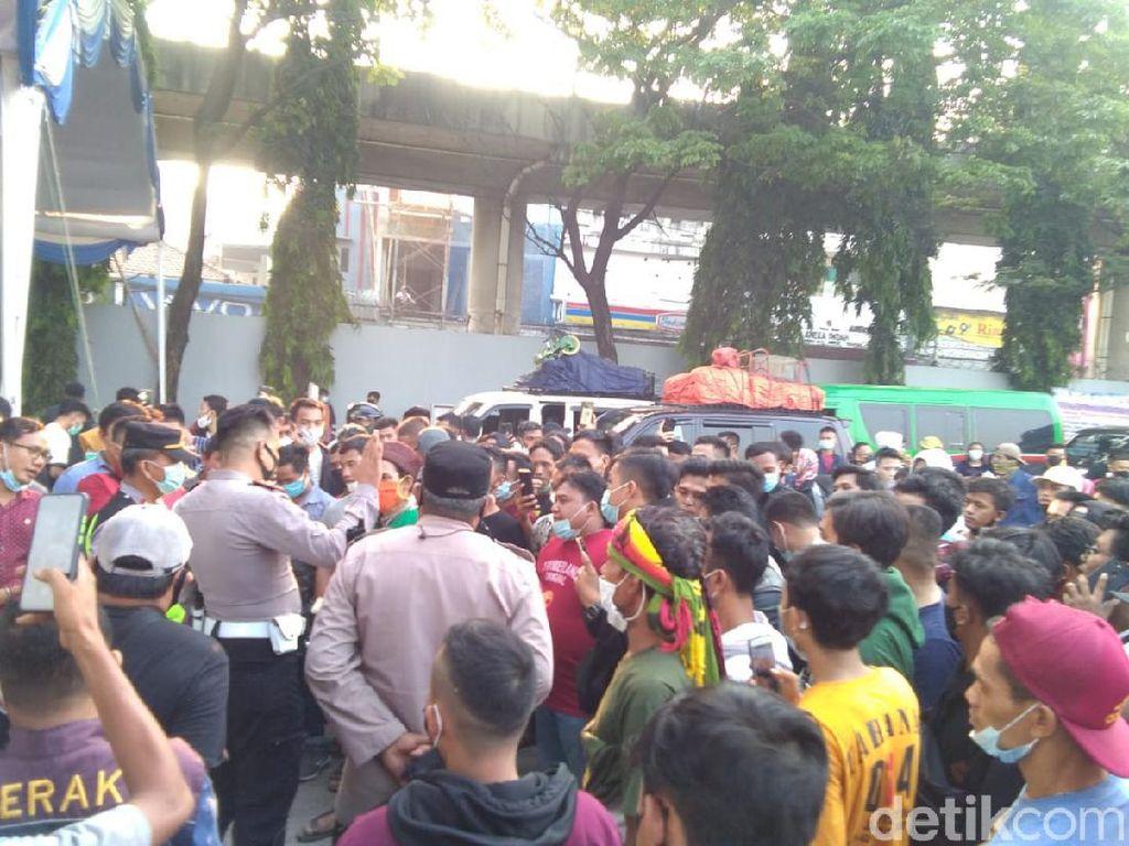 Penumpang Protes Tak Boleh Nyeberang, Akses Arah Pelabuhan Merak Macet