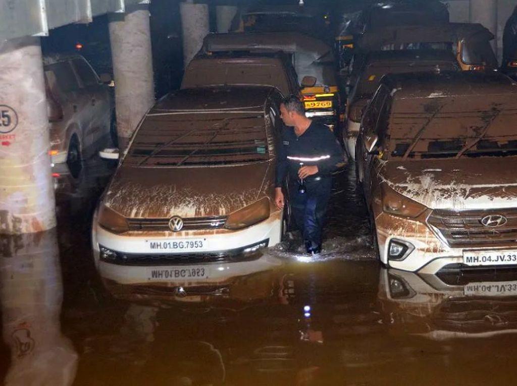 Duh, 400 Mobil Terendam Banjir di Parkiran Bawah Tanah