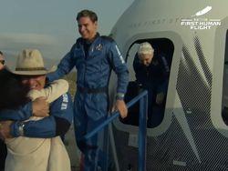 Mendarat di Bumi, Jeff Bezos Disambut Hangat Pelukan Pacar