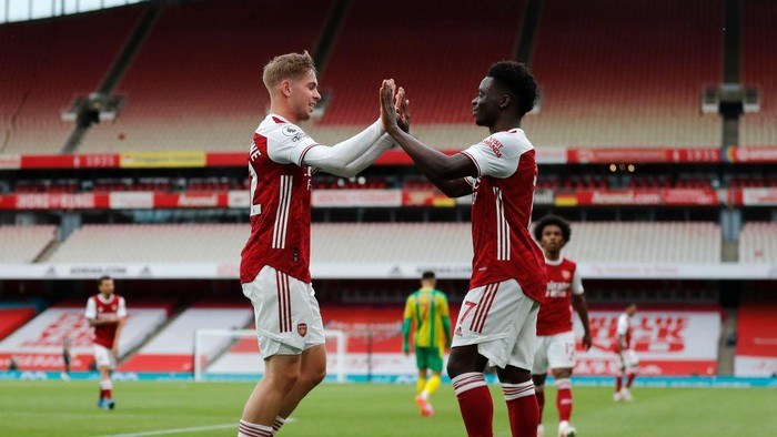 LONDON, ENGLAND - MAY 09: Emile Smith Rowe of Arsenal celebrates with Bukayo Saka after scoring their sides first goal during the Premier League match between Arsenal and West Bromwich Albion at Emirates Stadium on May 09, 2021 in London, England. Sporting stadiums around the UK remain under strict restrictions due to the Coronavirus Pandemic as Government social distancing laws prohibit fans inside venues resulting in games being played behind closed doors. (Photo by Frank Augstein - Pool/Getty Images)