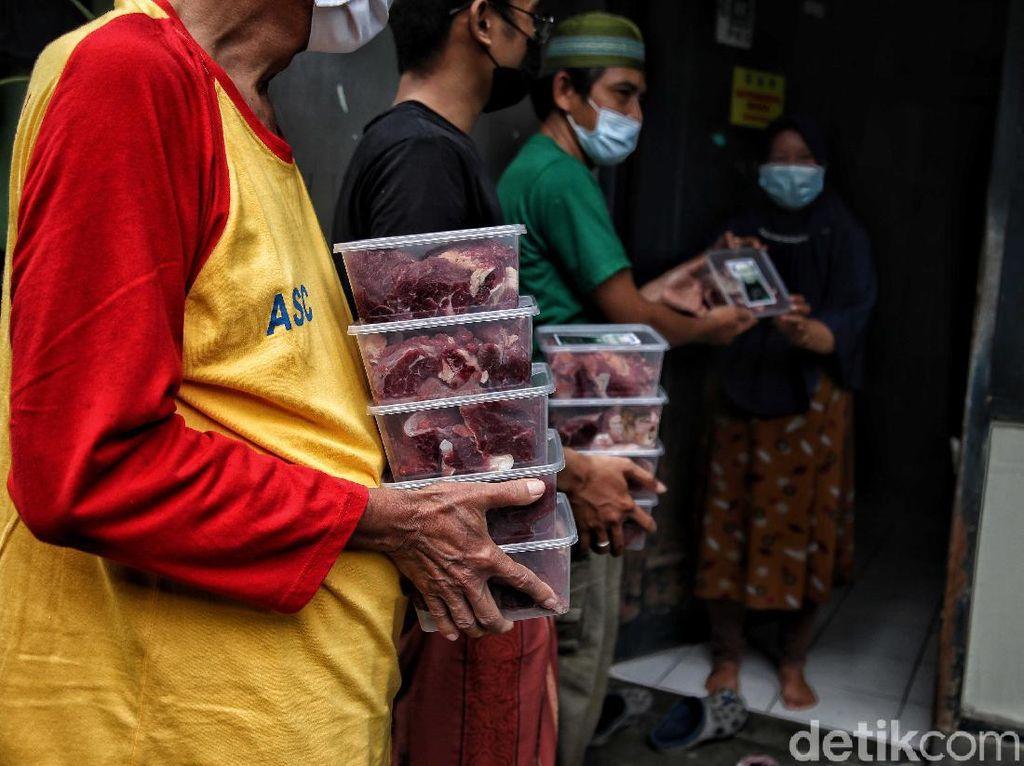 Mengintip Proses Pembagian Daging Kurban Saat PPKM Darurat