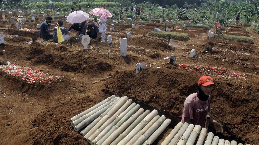 Lantunan Doa di Makam Korban COVID-19 Kala Idul Adha
