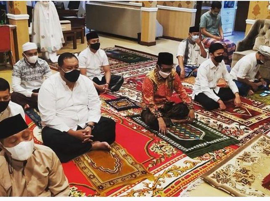 Mahfud Md Salat Idul Adha di Rumah Dinas, Tunda Sungkem ke Ibunda