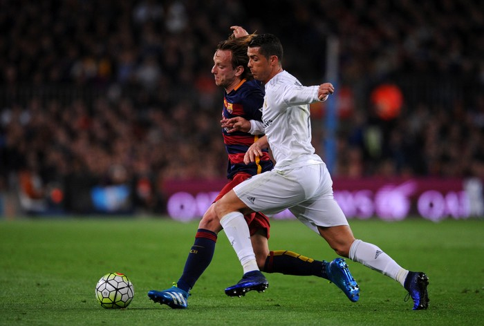 BARCELONA, SPAIN - APRIL 02:  Cristiano Ronaldo of Real Madrid CF battles for the ball with Ivan Rakitic of FC Barcelona during the La Liga match between FC Barcelona and Real Madrid CF at Camp Nou on April 2, 2016 in Barcelona, Spain.  (Photo by Alex Caparros/Getty Images)