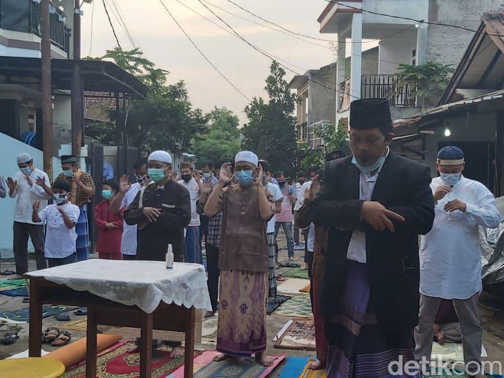 Warga Bandung Barat-Cimahi Salat Idul Adha di Jalan dan Rumah