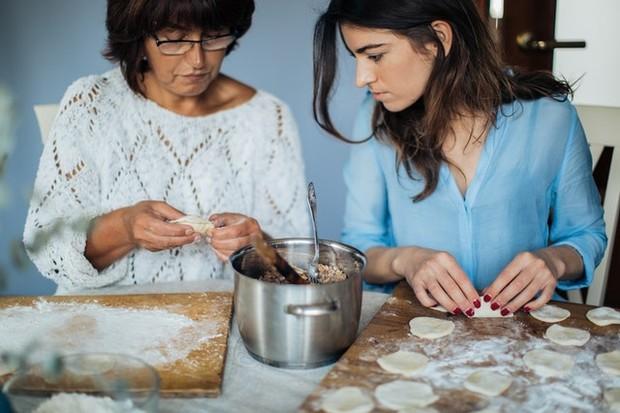 wanita sedang masak
