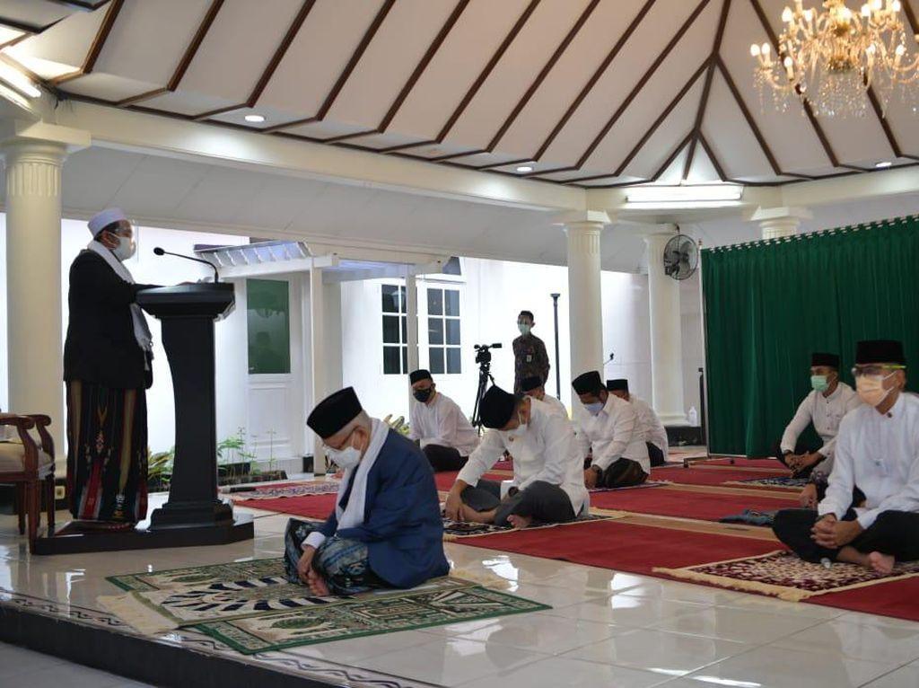 Jadi Imam, Wapres Maruf Salat Idul Adha di Rumah Dinas