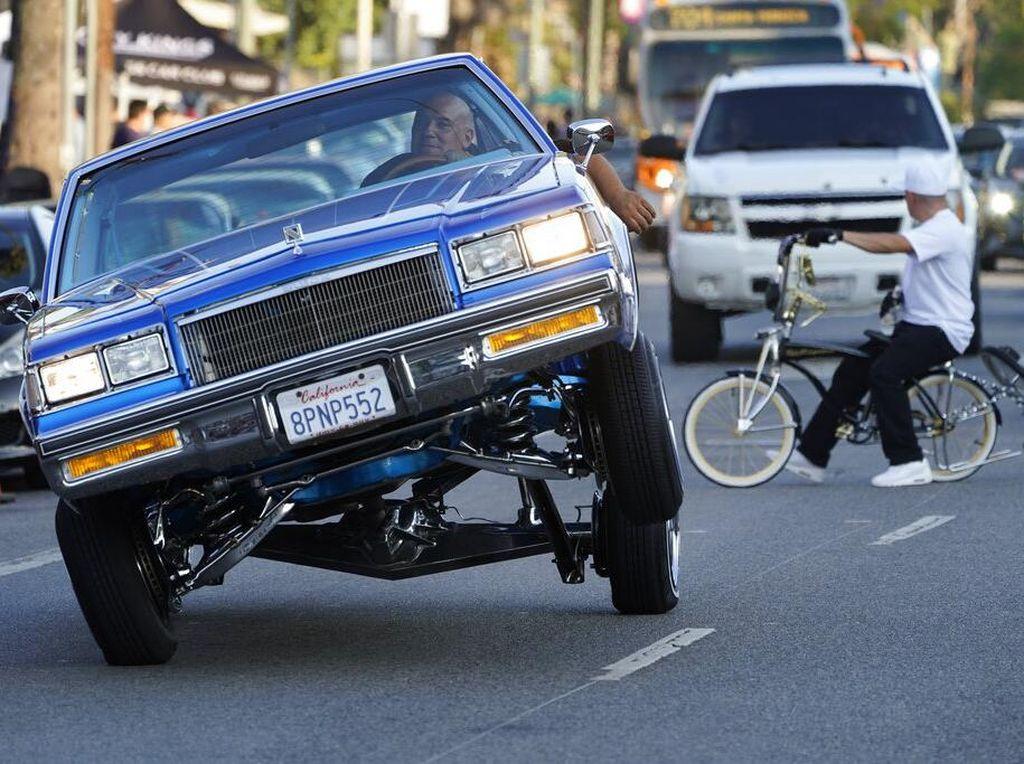 Aksi Mobil Low Rider Mengaspal di Jalanan Los Angeles