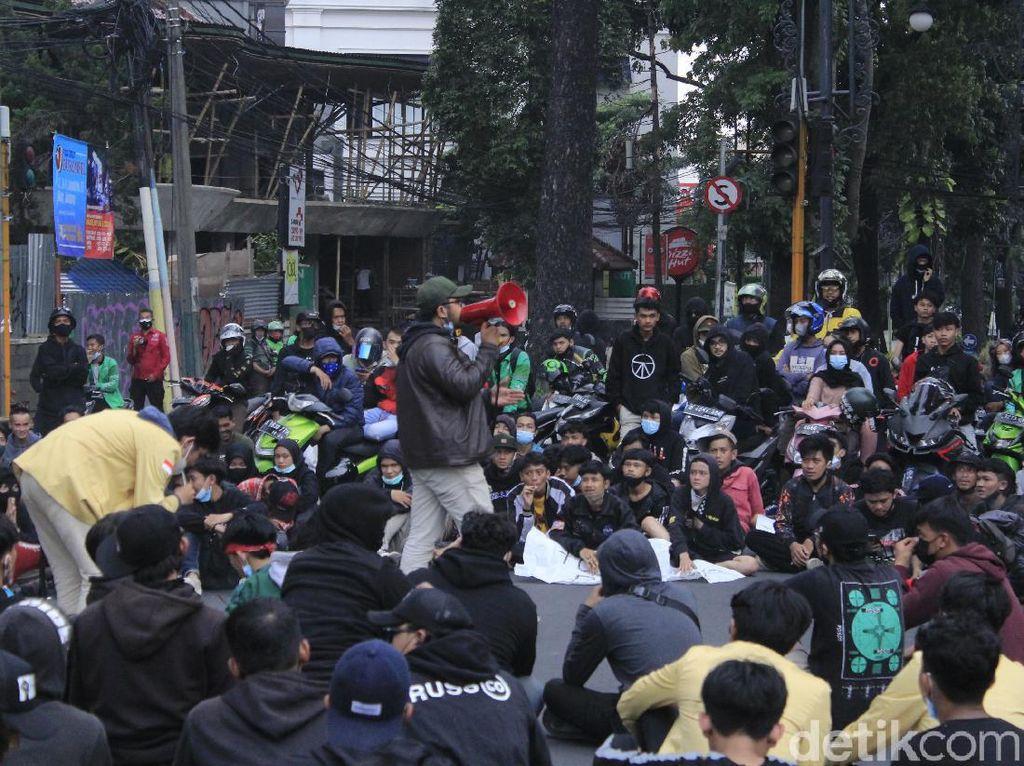 Massa Tolak PPKM di Bandung Duduki Perempatan Jalan Dago-Sulanjana