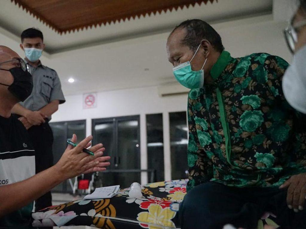 Andre Rosiade Bantu Pulangkan ke Padang Pria Viral Tidur di Trotoar